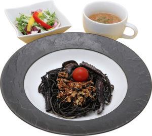 使徒のイカ墨パスタ(サラダ、スープ付き) 990円(税抜)