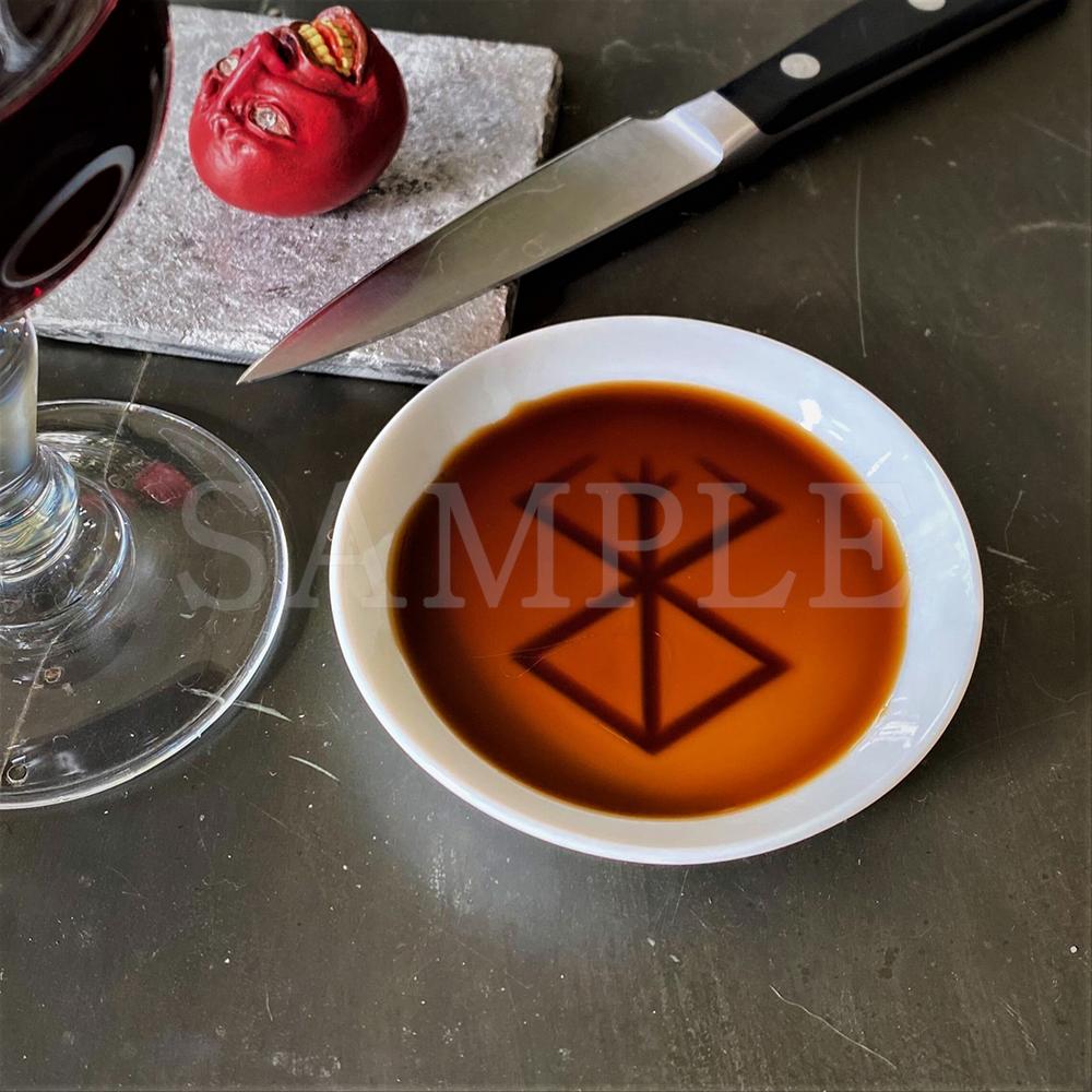 ベルセルク 生贄の烙印が浮き出る醤油皿  ¥ 1,485  醤油を入れると生贄の烙印が浮き上がります。